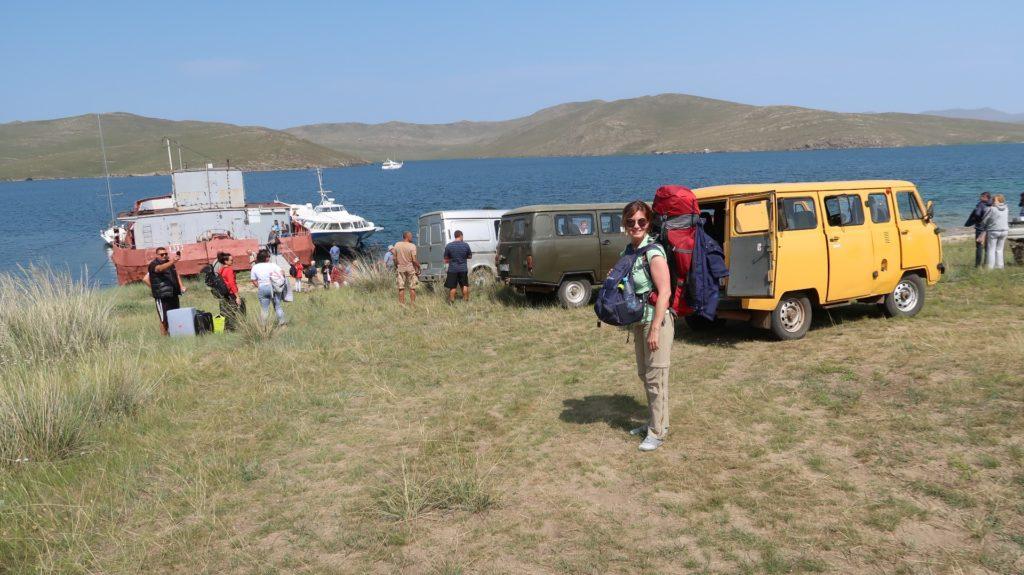Auf Olchon gibt es keinen Schiffsanleger, die Fähre hält am Ufer und dann sucht jeder nach einer Fahrgelegenheit