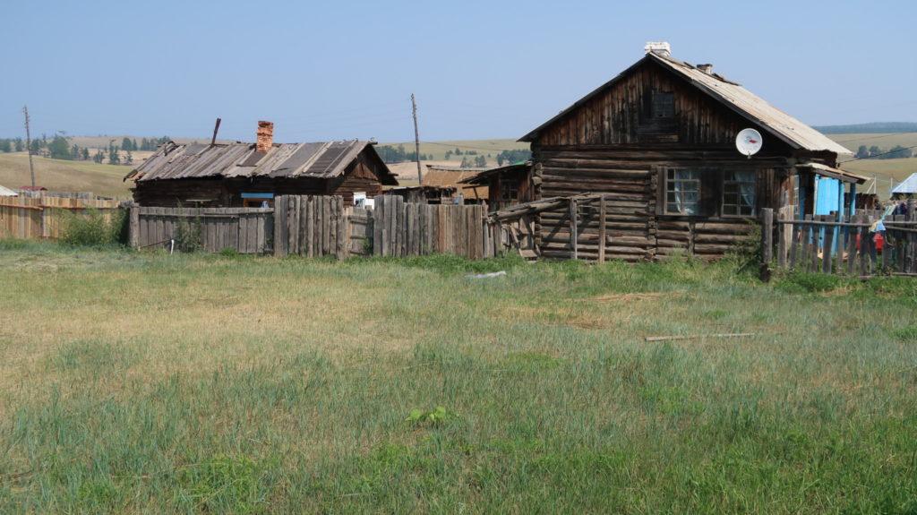 einfache Häuser am Baikalsee, Russland dem grössten Land der Erde