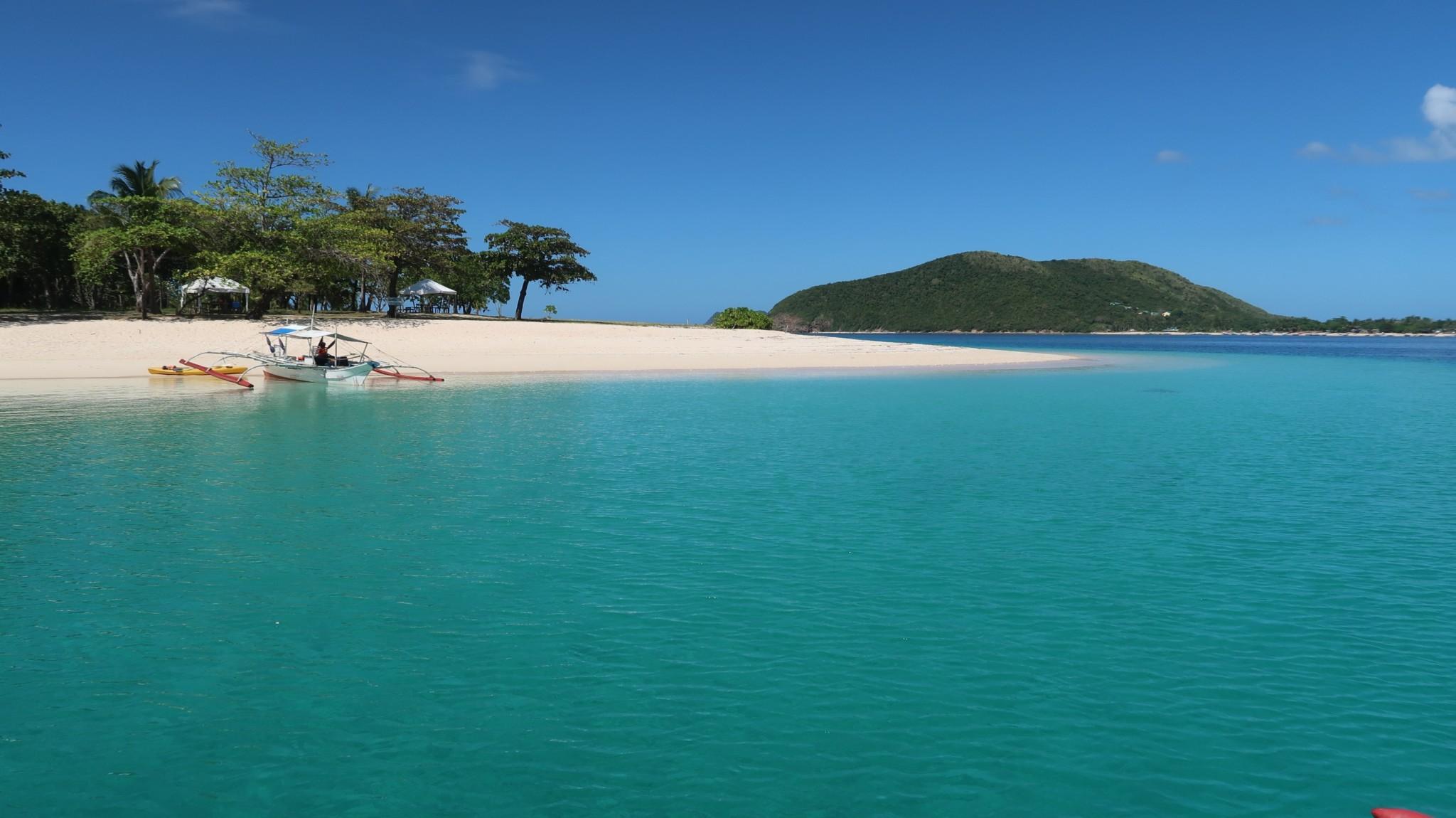 Sandstrand und blaues Wasser um palawam