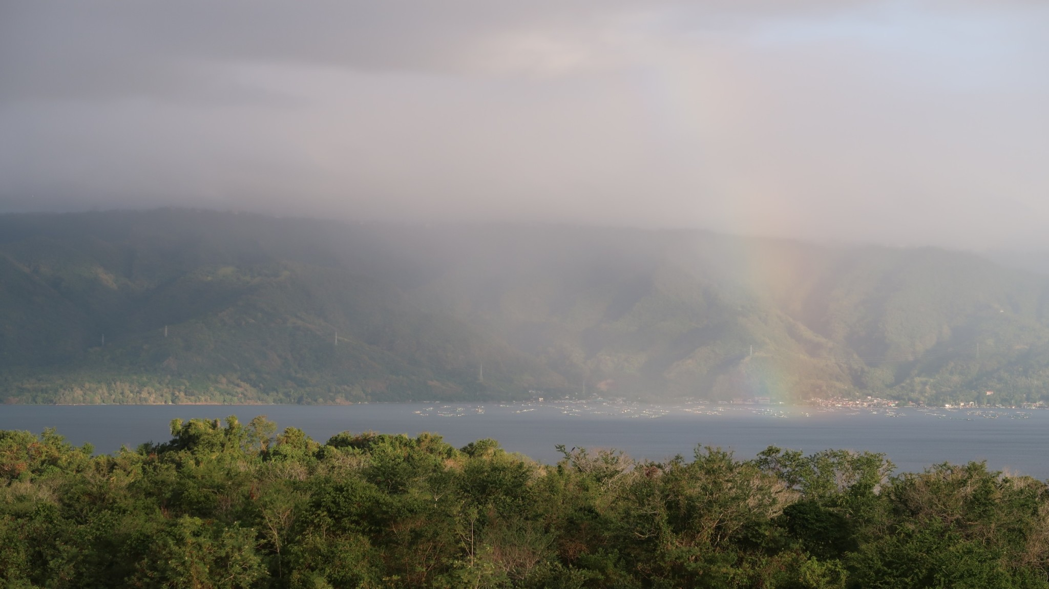 Regenbogen am Taal Vulcano
